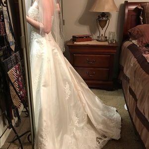 Dresses & Skirts - Beautiful wedding dress!!